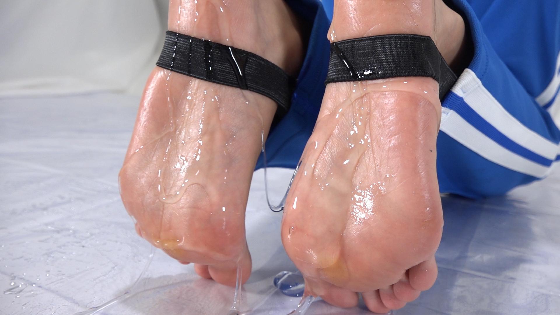 ローションでテカテカに濡れた女性の足の裏フェチ